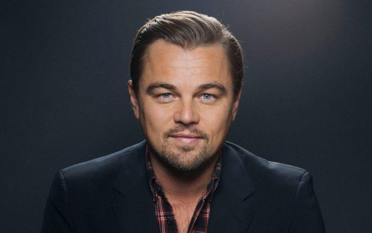 Leonadro DiCaprio sonriendo para una fotografía