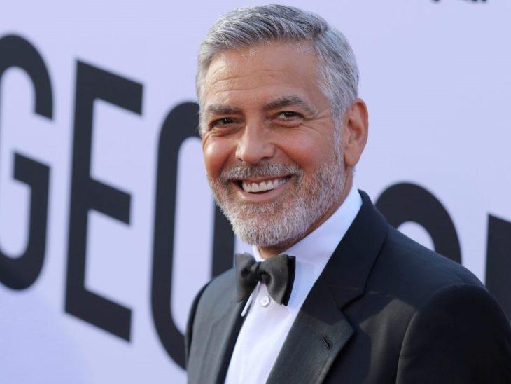 George Clooney en una alfombra roja sonriendo