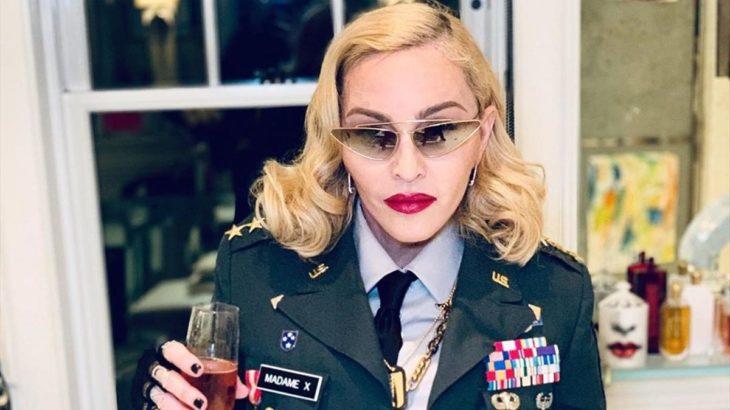 Madonna con un saco de piloto aviador