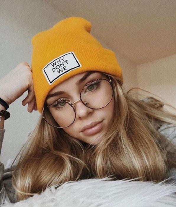 Chica con lentes y gorrito de invierno