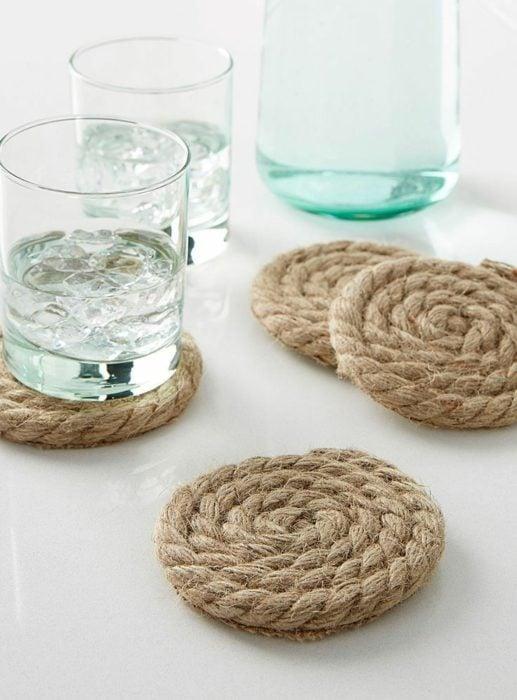 Posa vasos circulares hechos de cuerda
