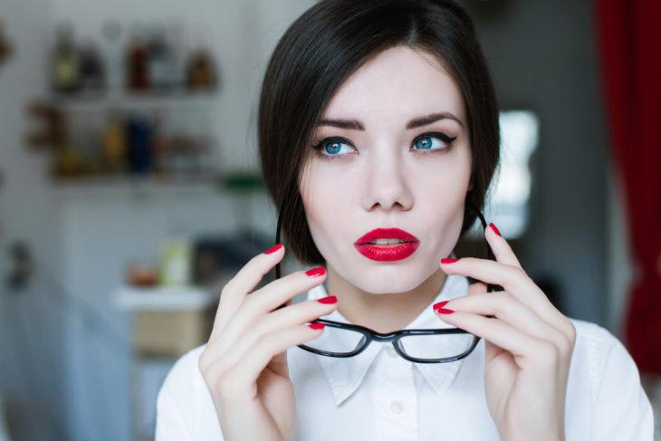 Chica maquillada y usa lentes