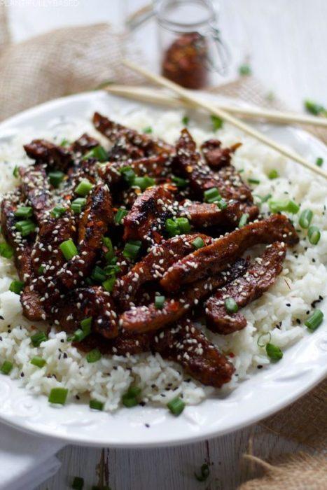 Platillo de seitán bbq y arroz blanco con verduras