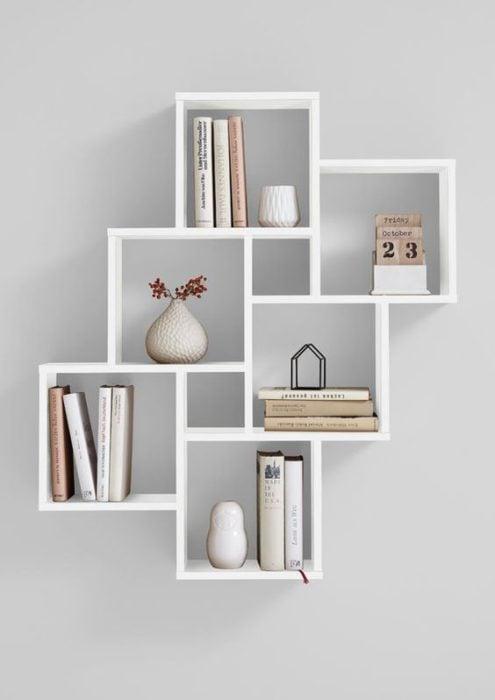 Librero pegado a la pared, con cuadrados