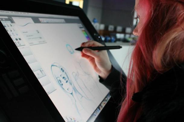 Chica realizando dibujos digitales