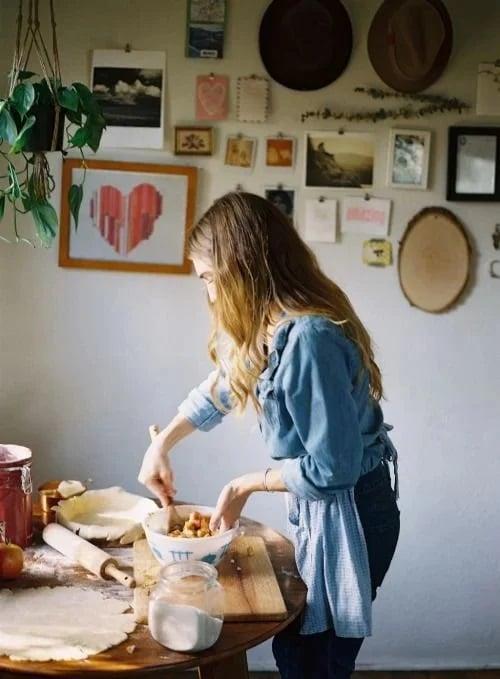 Chica cocinando un pastel en la cocina