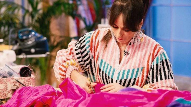 Chica diseñando y confeccionando prendas