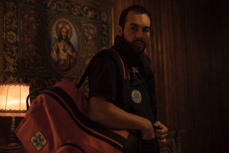 Escena de la película El practicante, Mario Casas llevando una mochila roja