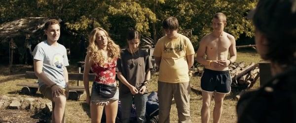 Escena de la película Nadie duerme en el bosque esta noche, jóvenes en un campamento