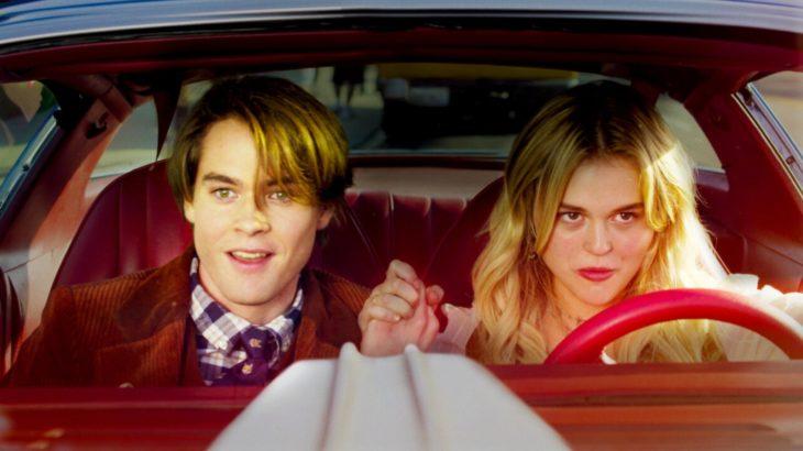 Escena de la película La niñera: Reina letal, chicos paseando en auto
