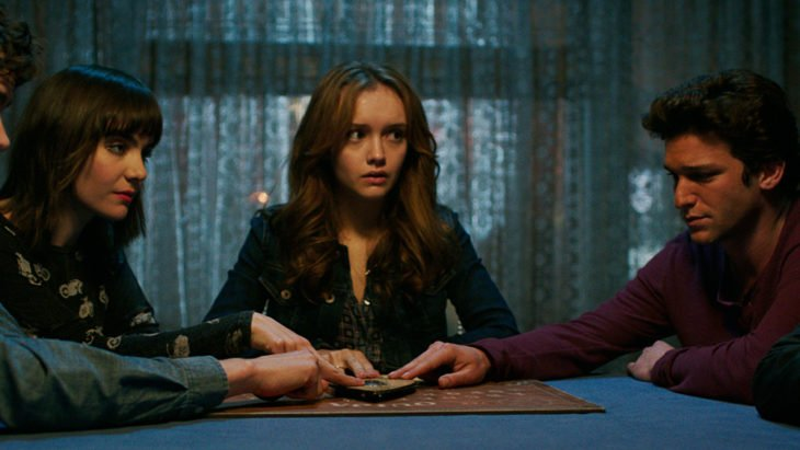 Escena de la película Ouija, grupo de chica sentadas alrededor de una mesa