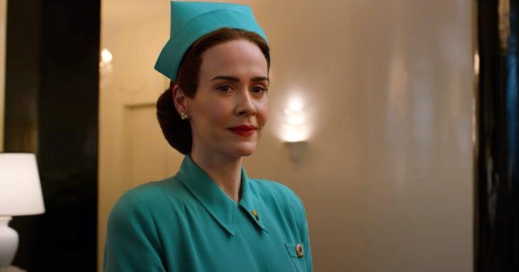 Escena de la serie Ratched de Netflix, enfermera con traje azul turquesa