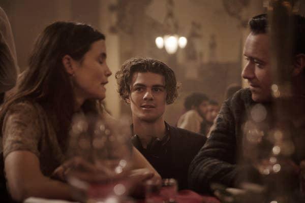 Escena de la película Cadáver, Familia sentada alrededor de una mesa