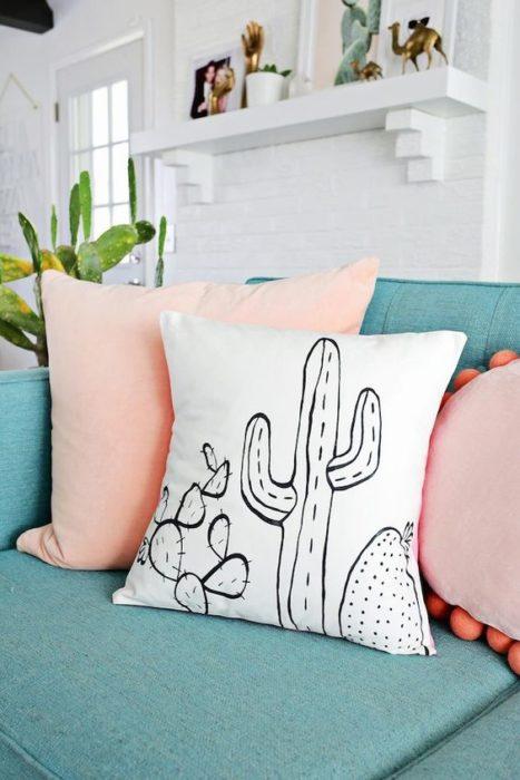 Cojín con pintura de silueta de cactus en color negro