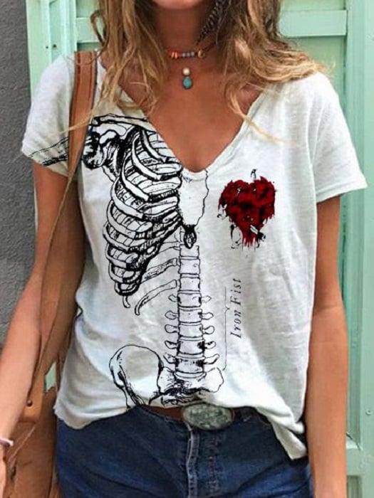 Blusa inspirada en Día de muertos, color blanco de manga corta y escote V, con estampado de medio esqueleto y un corazón