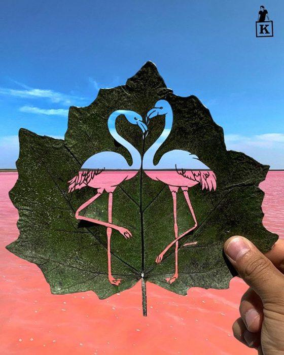 Dibujo en hoja cortada de Kanat Nurtazin de dos flamingos