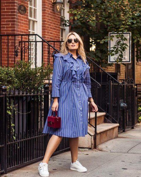 Chica plus size con vestido azul de botones y olanes en la parte de enfrente