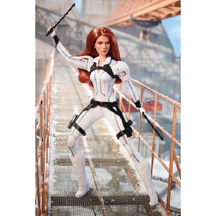 Muñeca Barbie edición especial de Black Widow en su traje blanco