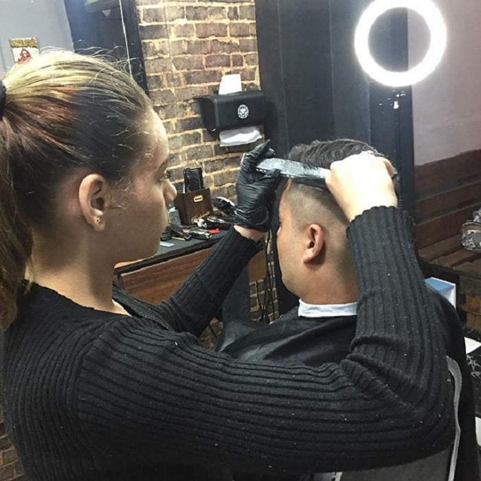 Thayssa cortando cabello