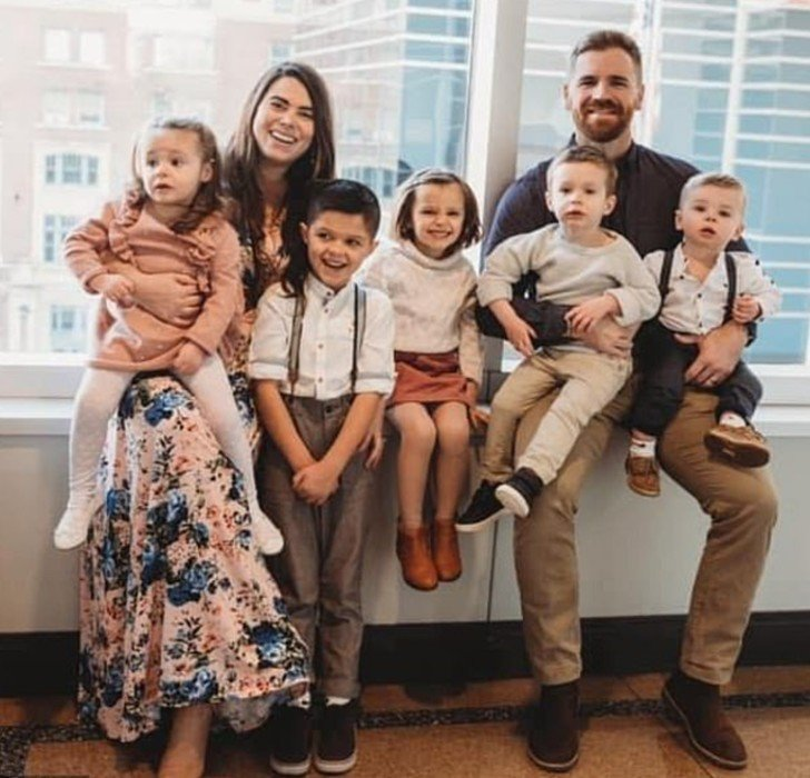 Maxine, Jake, sus 4 hijos adoptivos y Henry