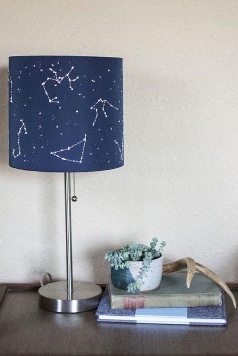 Lampara de noche con diseño de constelaciones