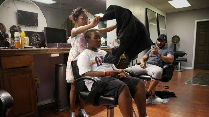 Neijae Graham-Henries comenzando con un corte de cabello a un adolescente