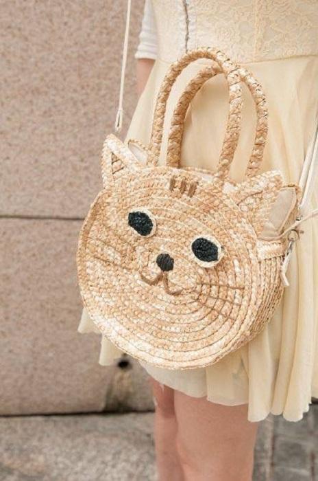 Bolso de paja, con el rostro de un gatito