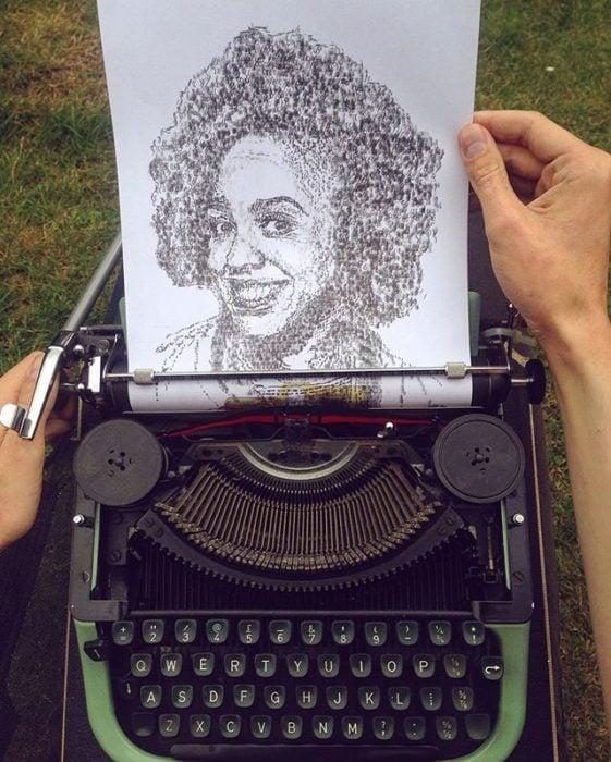 Dibujo de James Cook hecho en una máquina de escribir de una muje de tez negra con cabello rizado