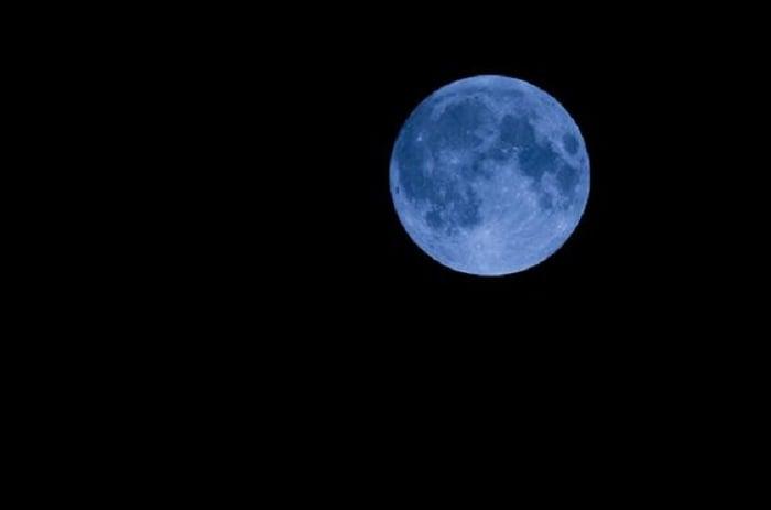Luna azul en cielo despejado sin estrellas