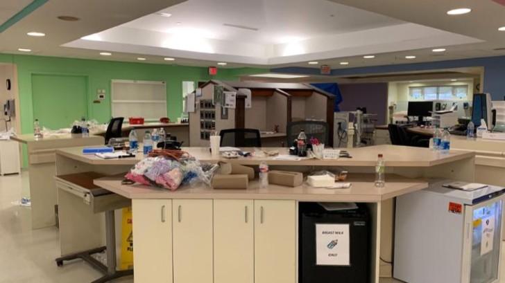 Recepción del Lake Charles Memorial Hospital durante la noche que golpeó el huracán Laura