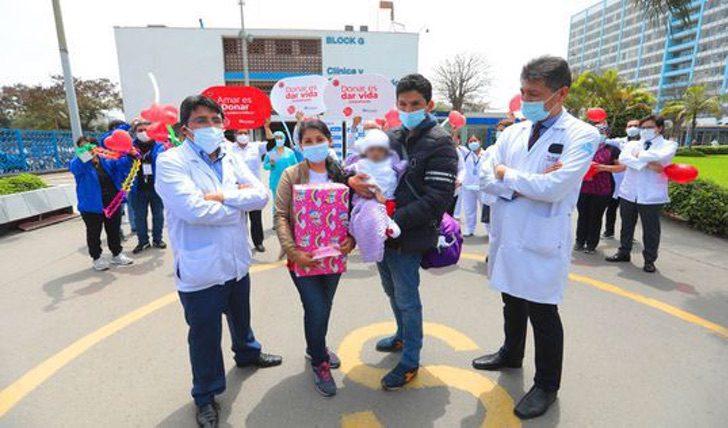 Diana y su esposo junto a su bebé que reciben los obsequios del hospital después de ser dadas de alta