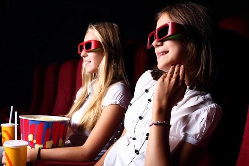 Chicas en el cine usando lentes para películas 3D