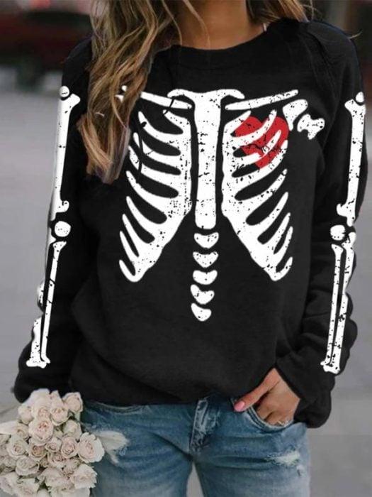 Sudadera inspirada en el Día de muertos, de color negro y estampado color blanco de un esqueleto