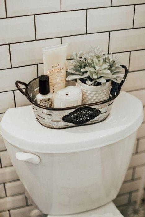 Bandeja sobre baño, en el que hay artículos de higiene personal dentro