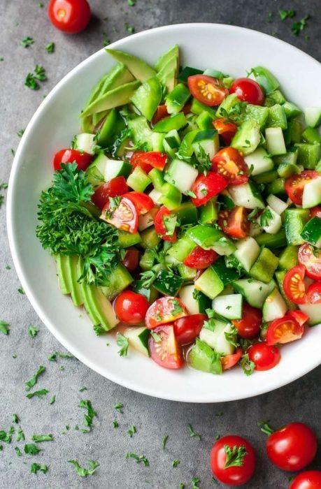 Ensalada de calabaza, aguacate, tomate y pepino
