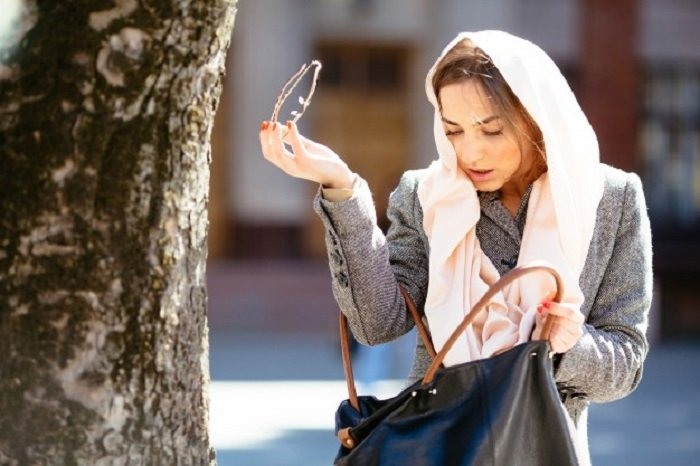 Mujer buscando algo en su bolsa
