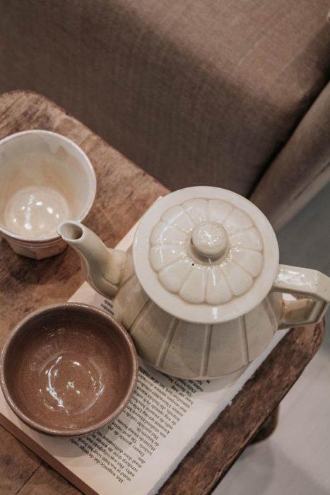 Juego de té de porcelana, en colores cafés y beige