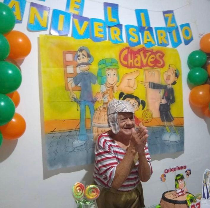 Francisco abuelito celebrando cumpleaños 92 con fiesta temática de El Chavo del 8