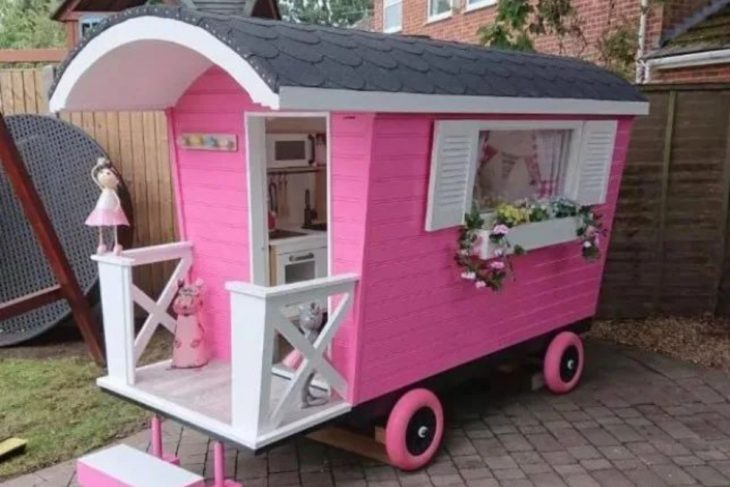Minicabaña en color rosa con decoraciones en blanco