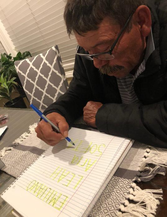 Abuelito aprende a escribir y lo primero que escribe los nombres de sus nietos