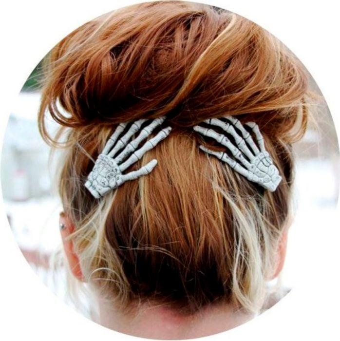 Accesorio inspirado en Halloween de pasadores para el cabello en forma manitas de calavera
