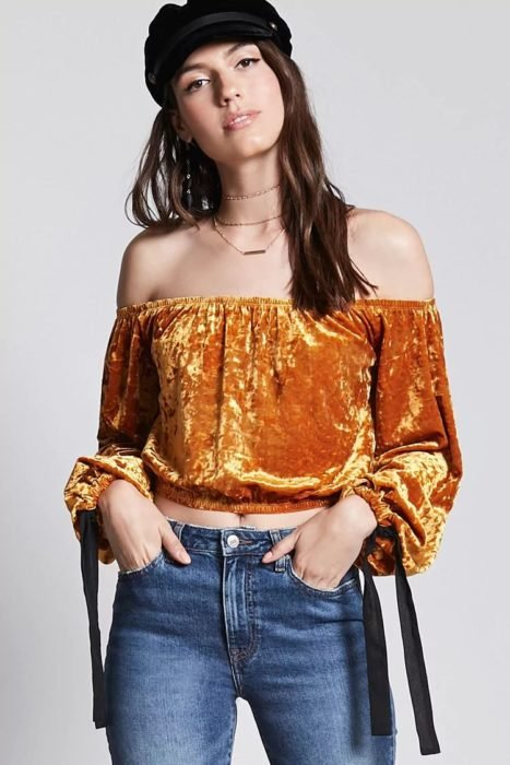 Blusa tipo velvet color mostaza, de manga larga y off the shoulder