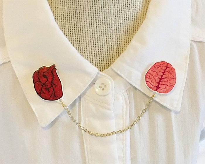 Broche para camisa en forma de corazón y cerebro