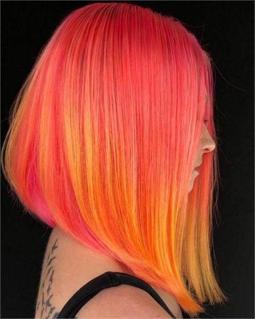 Chica con melena color rosa con naranja