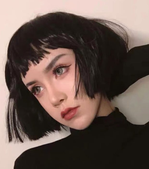 Looks aesthetic con cabello corto color negro, de hongo con fleco, mujer de ojos verdes con maquillaje sencillo
