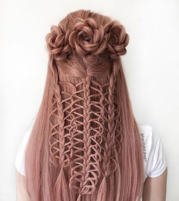 Chica con el cabello trenzado en forma de trenzas y tejido de macramé