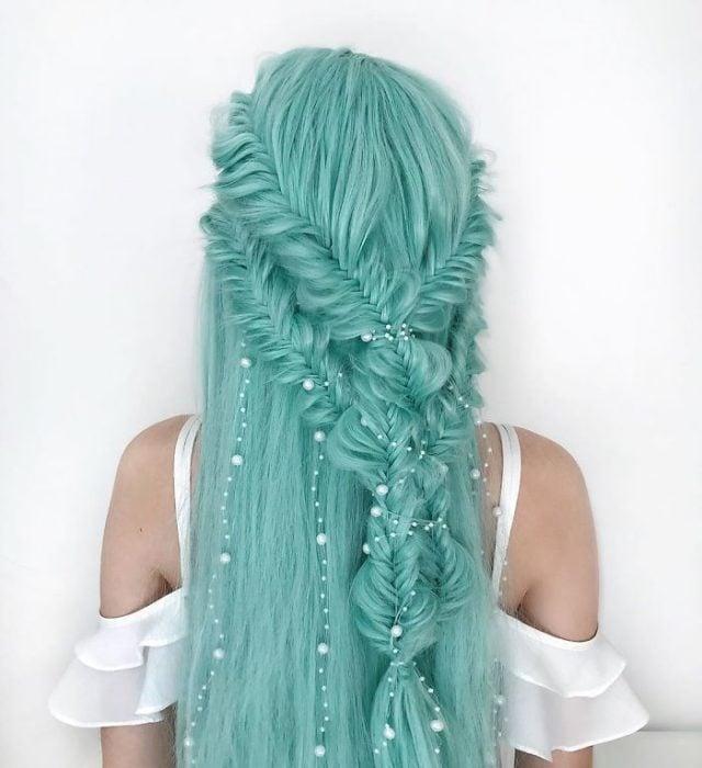 Chica con el cabello con trenzas en forma de cascada