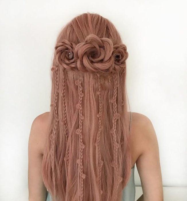 Chica con el cabello trenzado en forma de rosas