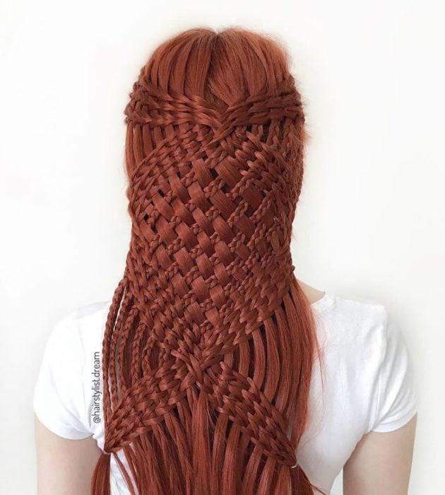 Chica con el cabello trenzado en forma de red