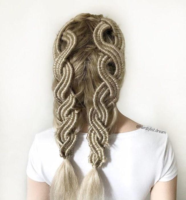 Chica con el cabello peinado en dos trenzas que forman un ocho
